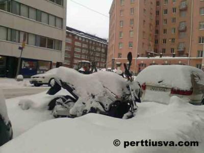 Una moto en la nieve en Finlandia