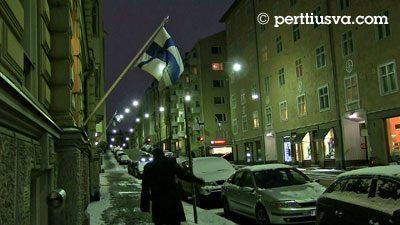 Helsinki en diciembre con la bandera finlandesa
