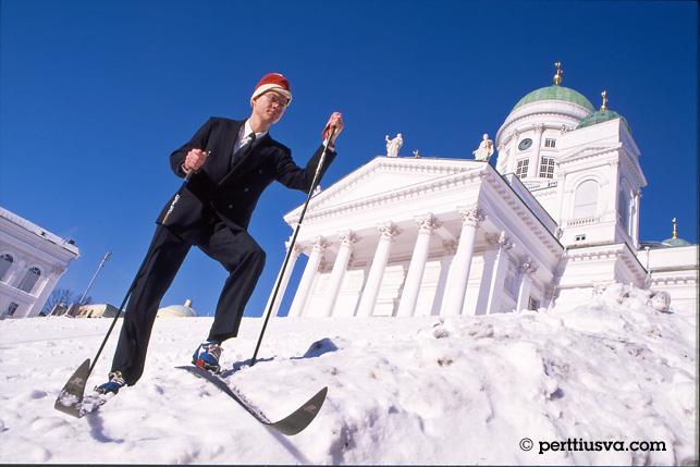 un hobre esquiando al lado de la catedral en Helsinki